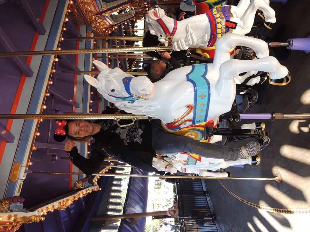 楊培安在迪士尼樂園帶米妮髮箍噴發少女心。圖/星葳娛樂提供