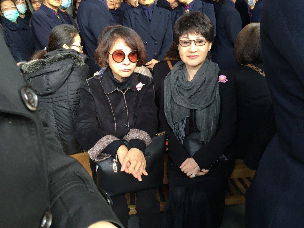許秀年(左)、小咪出席告別式送老友。記者陳慧貞/攝影