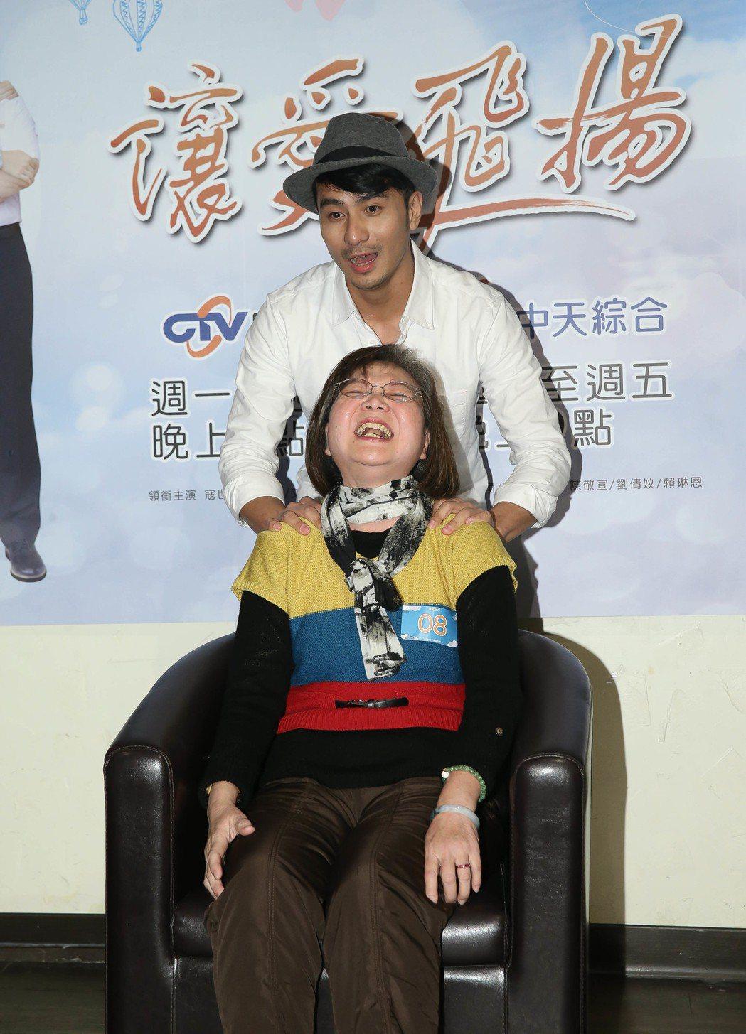 郭彥甫幫媽媽粉絲按摩。圖/中天提供