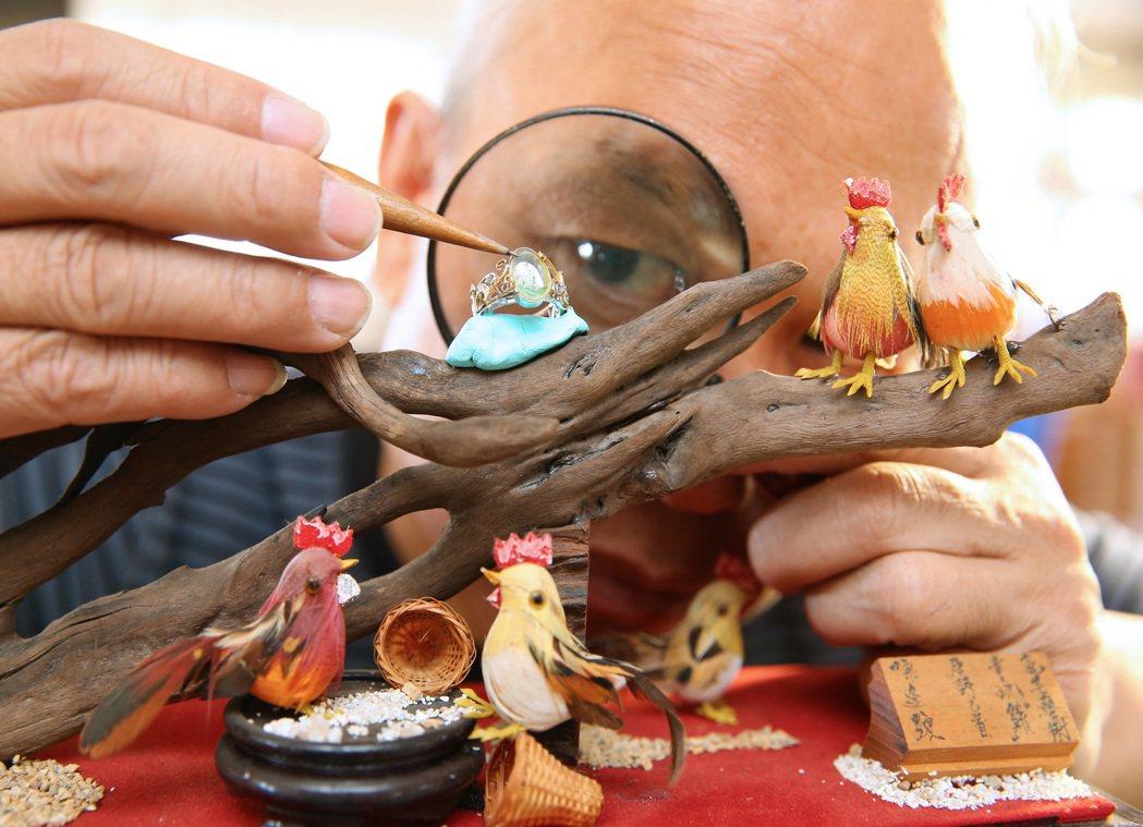 知名微雕藝術家陳逢顯為迎接雞年,花了三個月時間,將一毫米大小的公雞,隱藏在一枚戒...