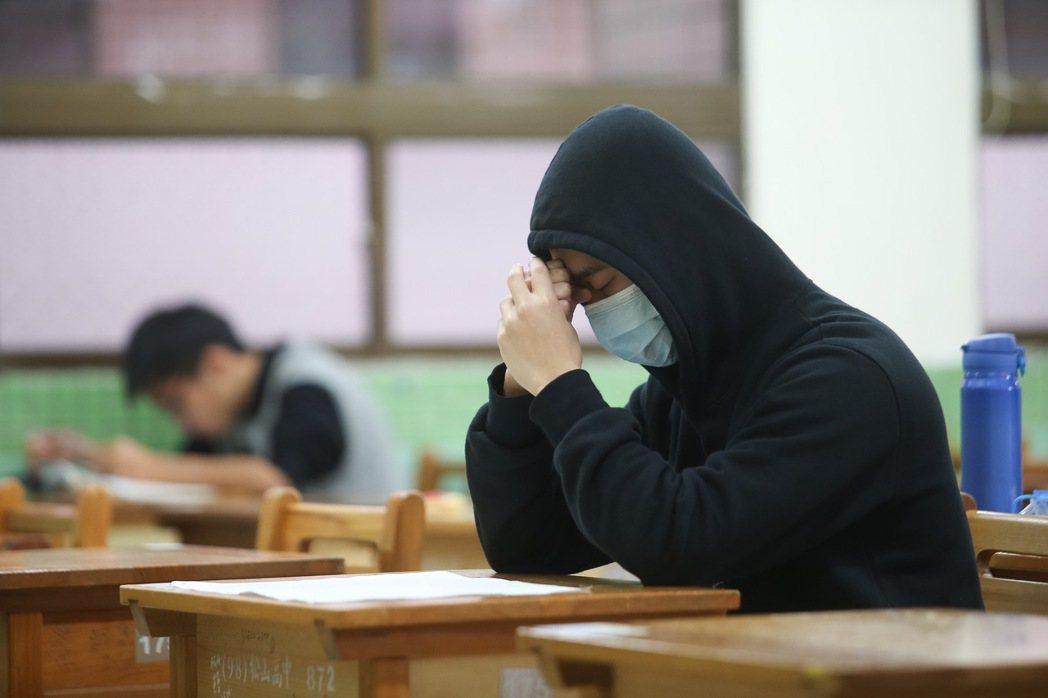 106學年大學學科能力測驗20日登場,適逢寒流來襲氣溫驟降,許多考生穿著保暖衣物...