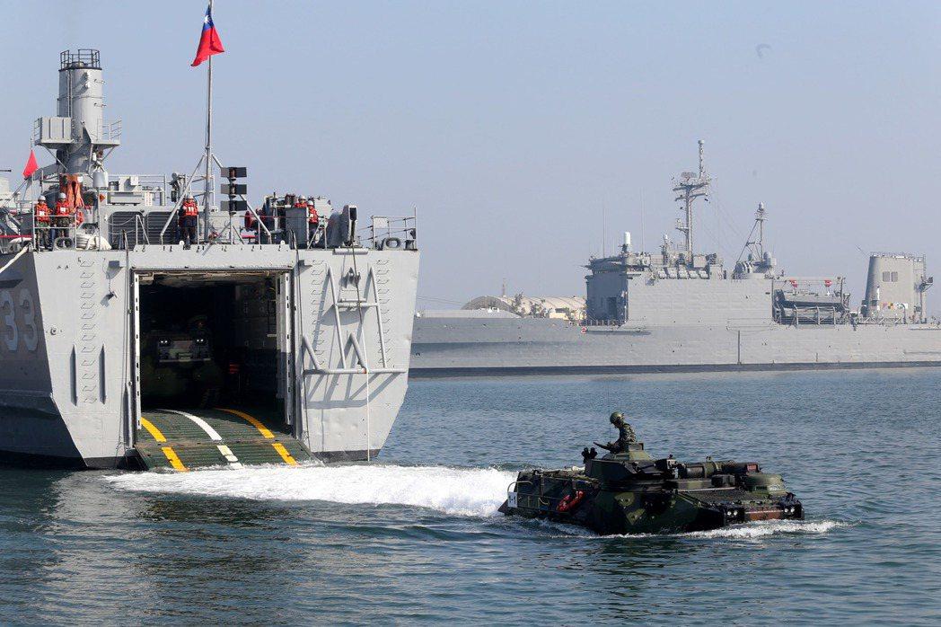 海軍AAV7模擬進入登陸泊地,執行泛水作業,高速巡航搶灘登陸。記者邱德祥∕攝影