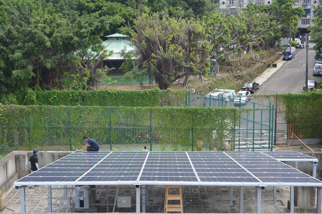 桃園市今年公布實施低碳自治條例,同意不影響公眾安全的違建,加裝太陽能板等綠色能源...