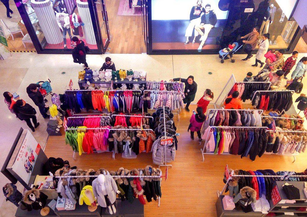 情境照,非文中新聞事件。圖為福州市民在商場選購衣物。 中新社