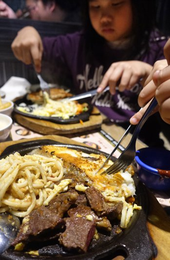 吃大餐是幸福肥的元兇之一。圖/本報資料照片