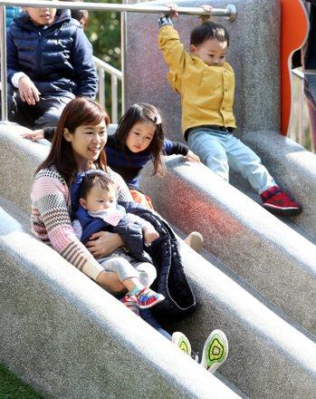 氣溫偏低的晴朗好天氣仍吸引大批民眾前往台北榮星花園公園內遊憩,而公園裡的水泥溜滑...
