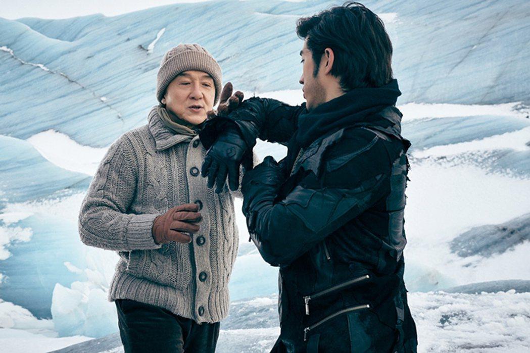 演員成龍(左)主演的「功夫瑜伽」,拍攝場景橫跨全球,繼在奢華杜拜飆跑車溜獅子,印