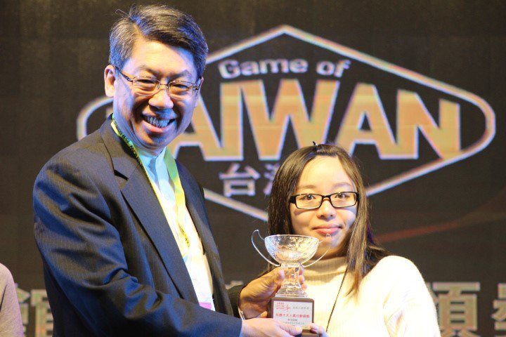 Game Star 2016 頒獎典禮現場,《奇迹暖暖》專案經理劉惟汝代表領獎