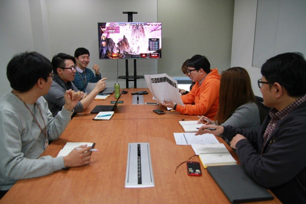 IDEA GAMES開發團隊熱烈討論《伊蒂亞戰記》中的每個細節。