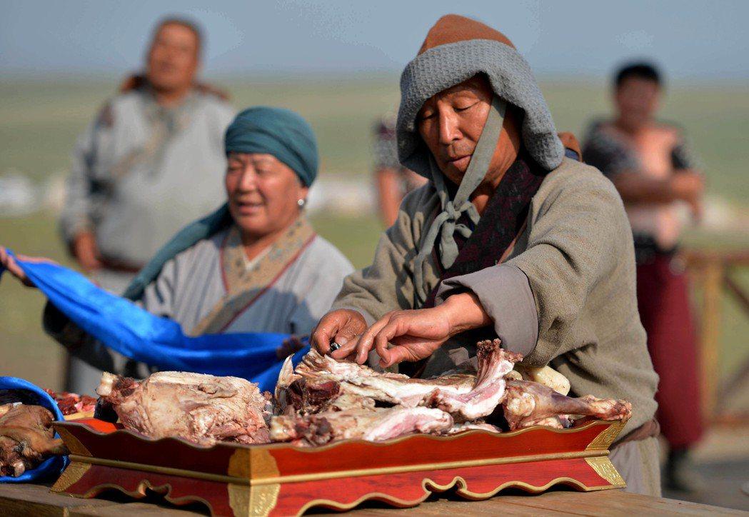 「手把肉」:把活羊就地宰殺扒皮後丟進熱湯裡煮熟後撈起,吃的時候一手拿著肉、一手拿...
