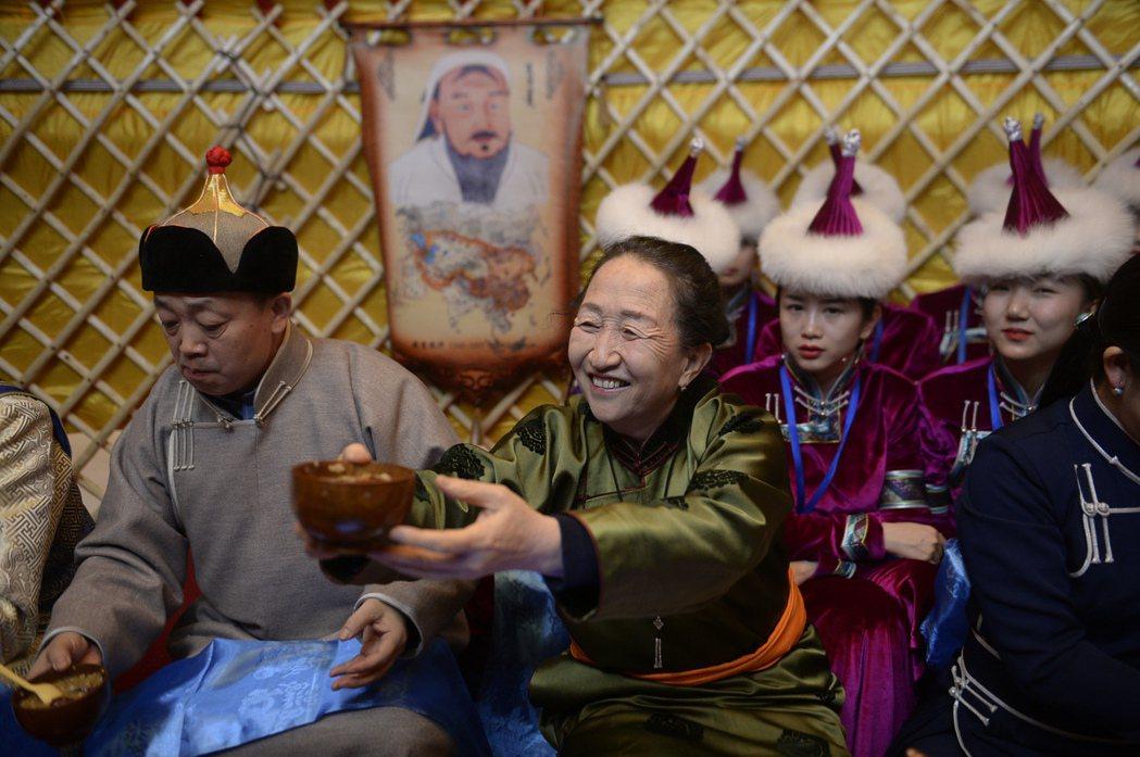 用羊胸骨、肥腸和米熬煮的「祭火飯」(肉米粥)除了是新年時期重要的食物外,亦是「祭...