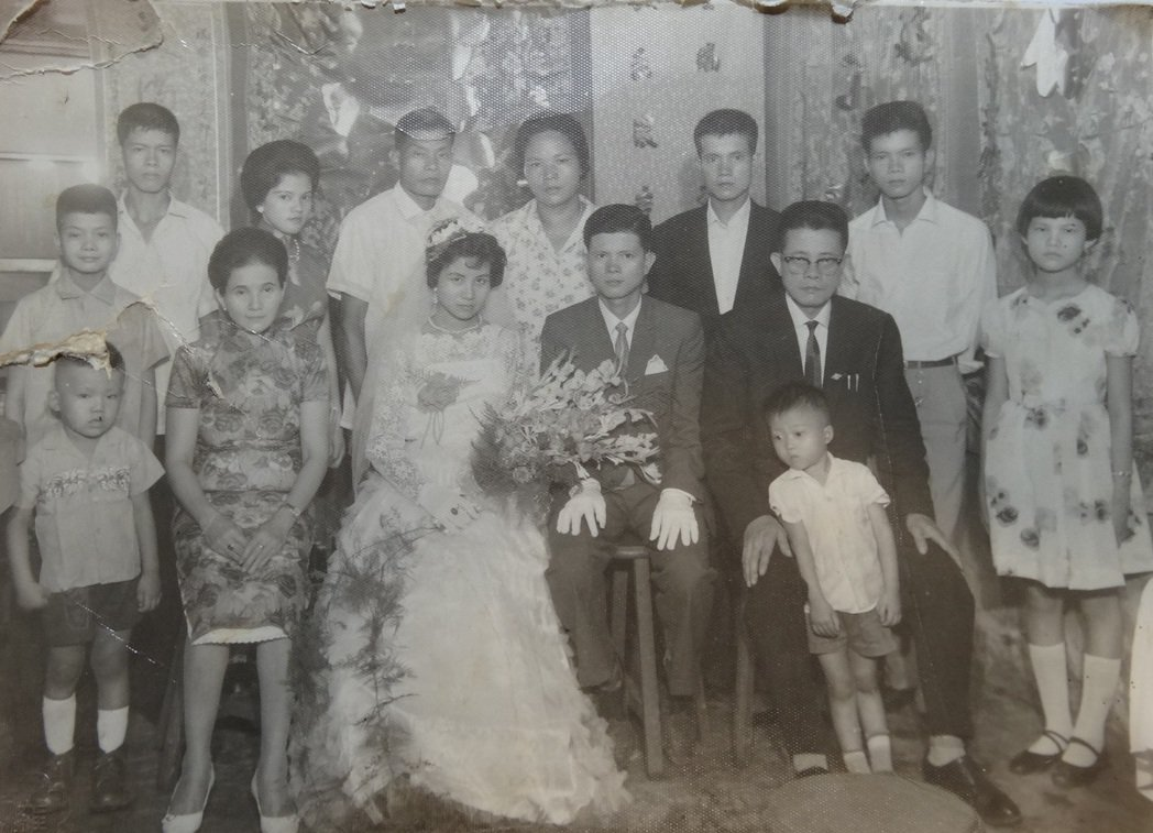 捐贈者謝豐益之父母謝水樹與謝黃金鳳1962年結婚時的家族合照,拍攝地點為同益號紙...