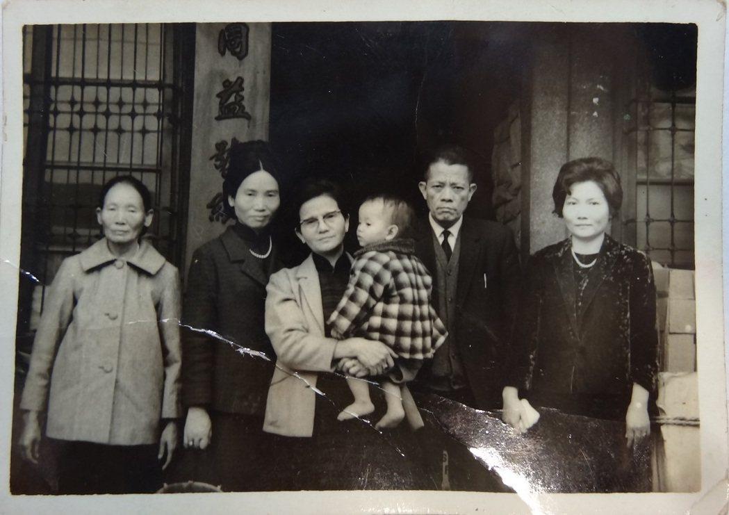 謝家來館時捐贈的1970年創辦人余添貴家族合照,拍攝地點就在當時臺北市環河北街的...