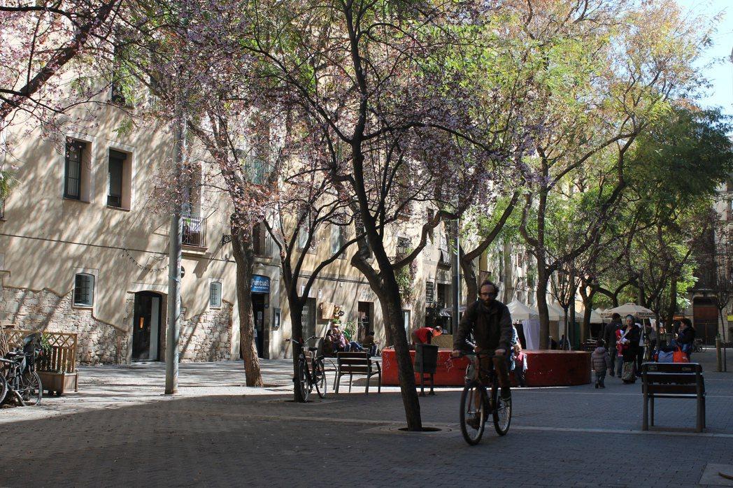 被改造為超級街廓的地區,車輛交通流量降低40%,較安靜、空氣也更乾淨。 圖/取自...