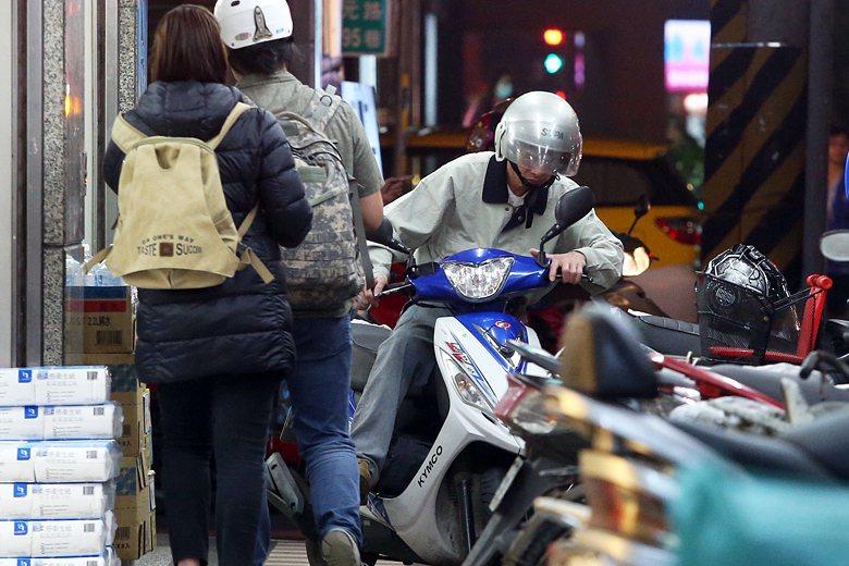 台灣城市仍以汽車移動的便利性為優先考量,行人的行路權益、室外公共生活的發展,均未被重視。 圖/聯合報系資料照片