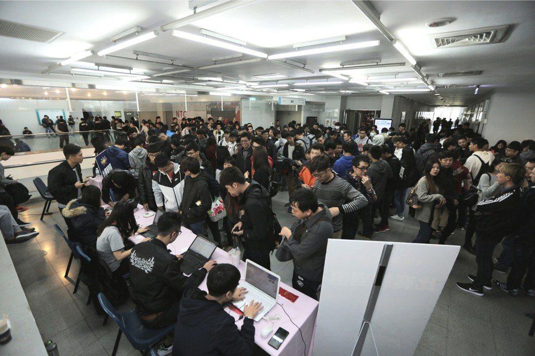 中台灣玩家與觀眾熱情支持,報到現場可以說是水洩不通。