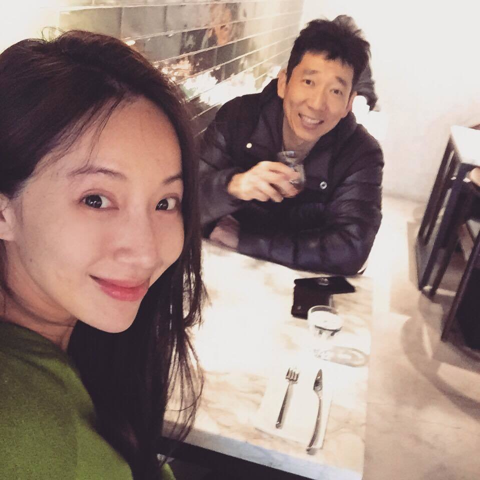 隋棠(前)與老公在臉書上曬恩愛。圖/摘自臉書