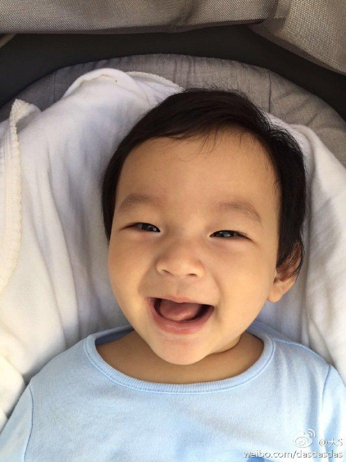 大S兒子燦笑的瞬間被捕捉,萌翻粉絲。圖/摘自微博