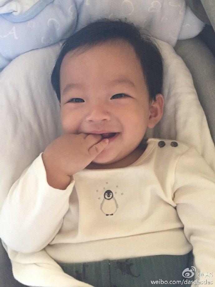 大S兒子對著鏡頭咬著小手燦笑,迷倒一堆粉絲。圖/摘自微博