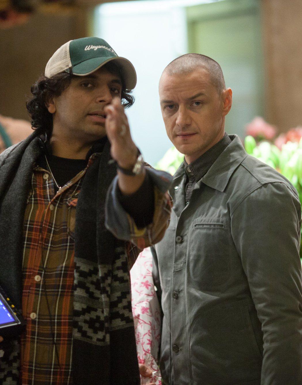 氣質帥哥詹姆斯麥艾維(右)在驚悚大師奈沙馬蘭(左)的新片「分裂」中,首度挑戰一人...