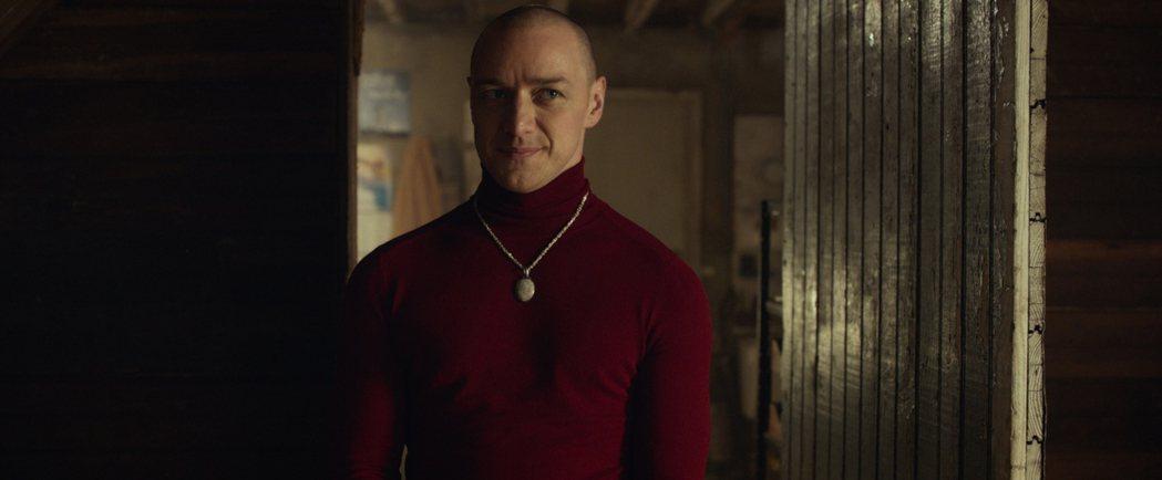 氣質帥哥詹姆斯麥艾維在驚悚大師奈沙馬蘭的新片「分裂」中,首度挑戰一人分飾24個角...