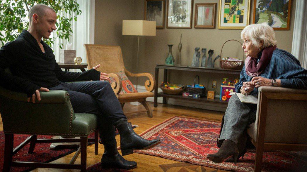 氣質帥哥詹姆斯麥艾維(左)在驚悚大師奈沙馬蘭的新片「分裂」中,首度挑戰一人分飾2...