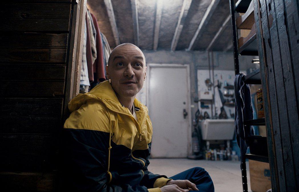 氣質帥哥詹姆斯麥艾維在驚悚大師奈沙馬蘭的新片「分裂」中,首度挑戰一人分飾24個角