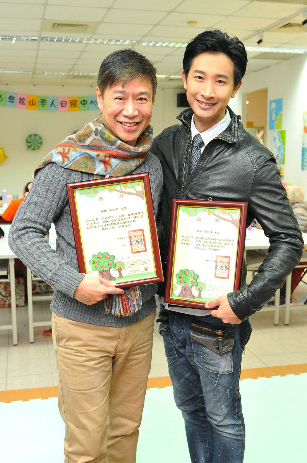 Darren(右)與朱陸豪到老人日間照顧中心和長輩們同歡。圖/台視提供