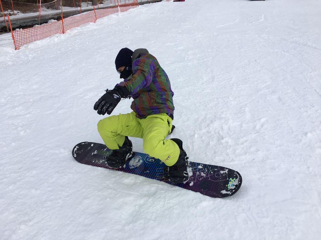 林柏宏滑雪初體驗猛摔。圖/周子娛樂提供