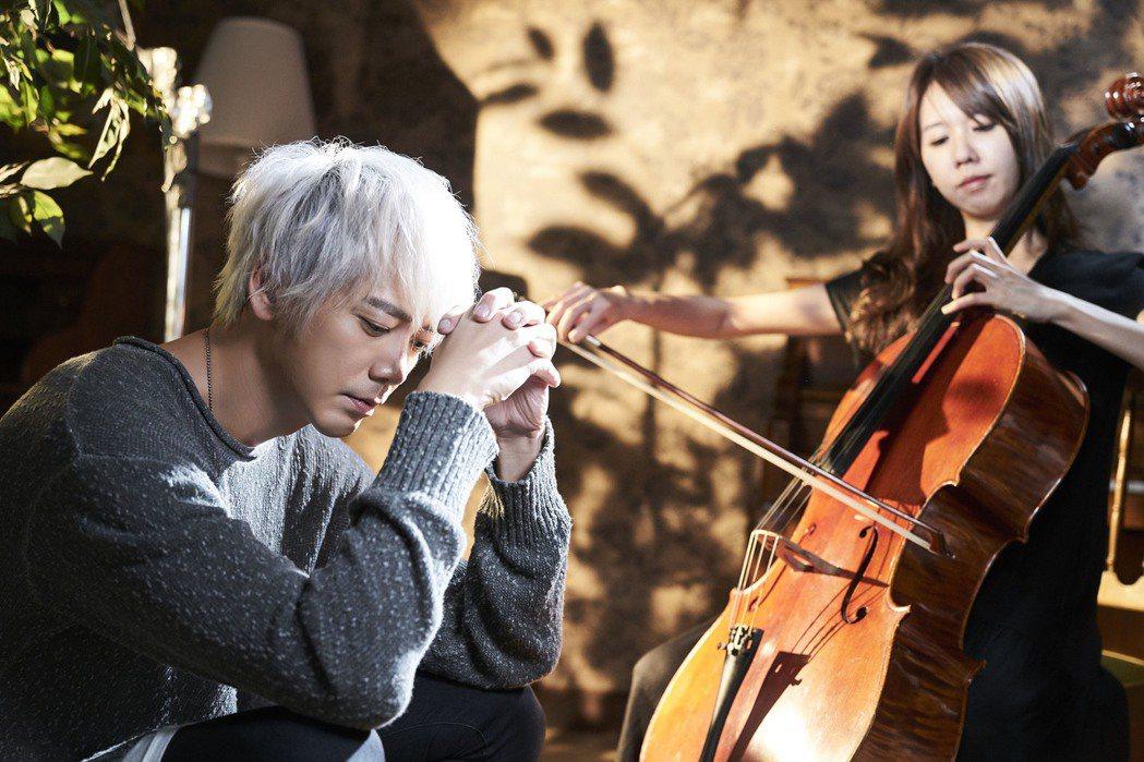 信新歌「唱不完的副歌」MV,浪漫牽手橋段竟變身練大腿。圖/華研提供