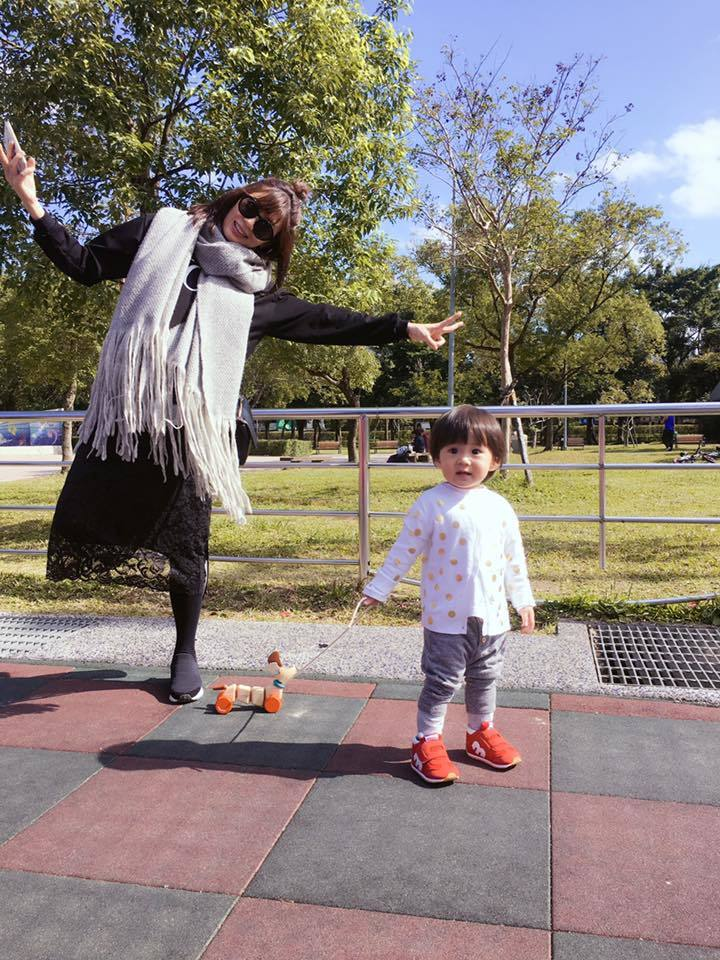 賈靜雯(左)與咘咘母女。圖/摘自臉書