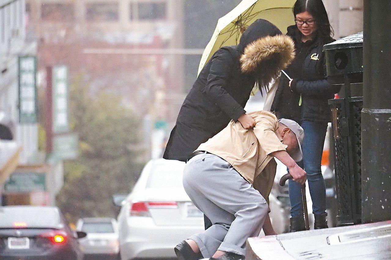 老人不經摔,據衛福部公布的2015年國人十大死因,65歲以上老人事故傷害死亡原因...