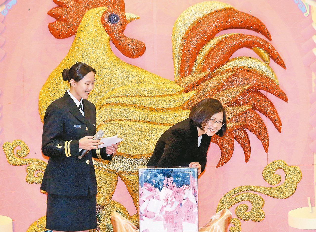 蔡英文總統(右)昨天出席國防部年終餐會,感謝官兵平日的辛勞。她強調,國防改革的目...