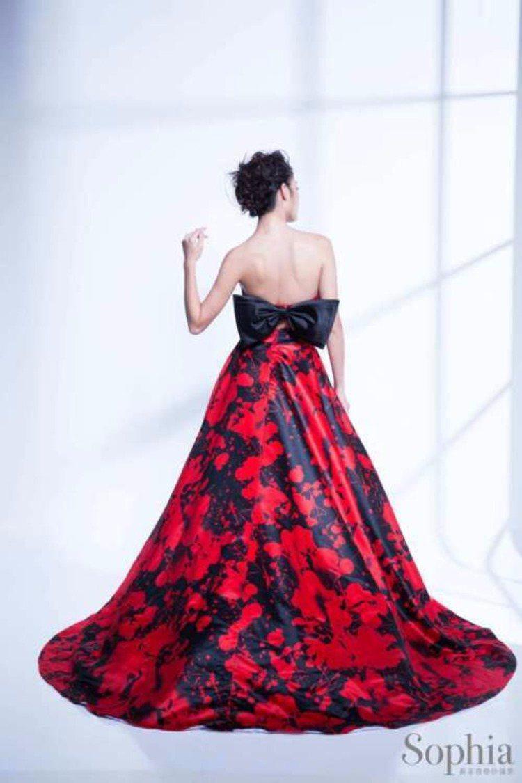大久保麻梨子穿紅色禮服向粉絲拜年,美背設計是美麗焦點。圖/蘇菲雅婚紗提供