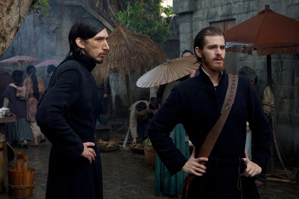 男星安德魯加菲爾(前右)與亞當崔佛(前左)一起演出電影「沉默」。(catchpl