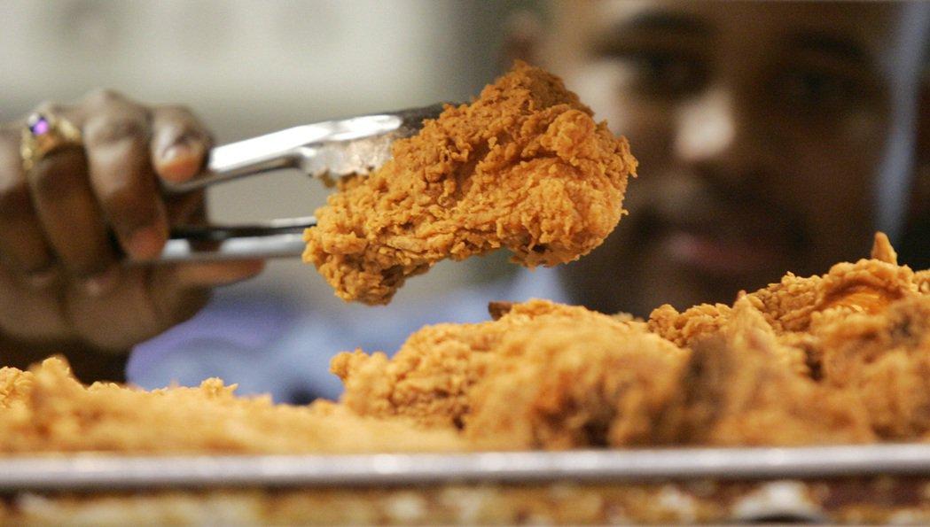 依照烹調方法、材料配方的不同,炸雞也發展出多元的面貌。以麵皮為例,厚皮與薄皮之間...