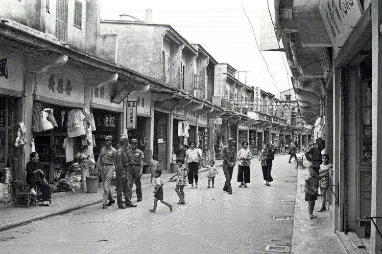 若從歷史事實觀之,金門一直以來都是某種軍事上的「特別行政區」,即便在戰地政務結束以來,軍方管制仍依舊存在。圖為五十年代金門「軍民一家」之街景。 圖/聯合報系資料庫
