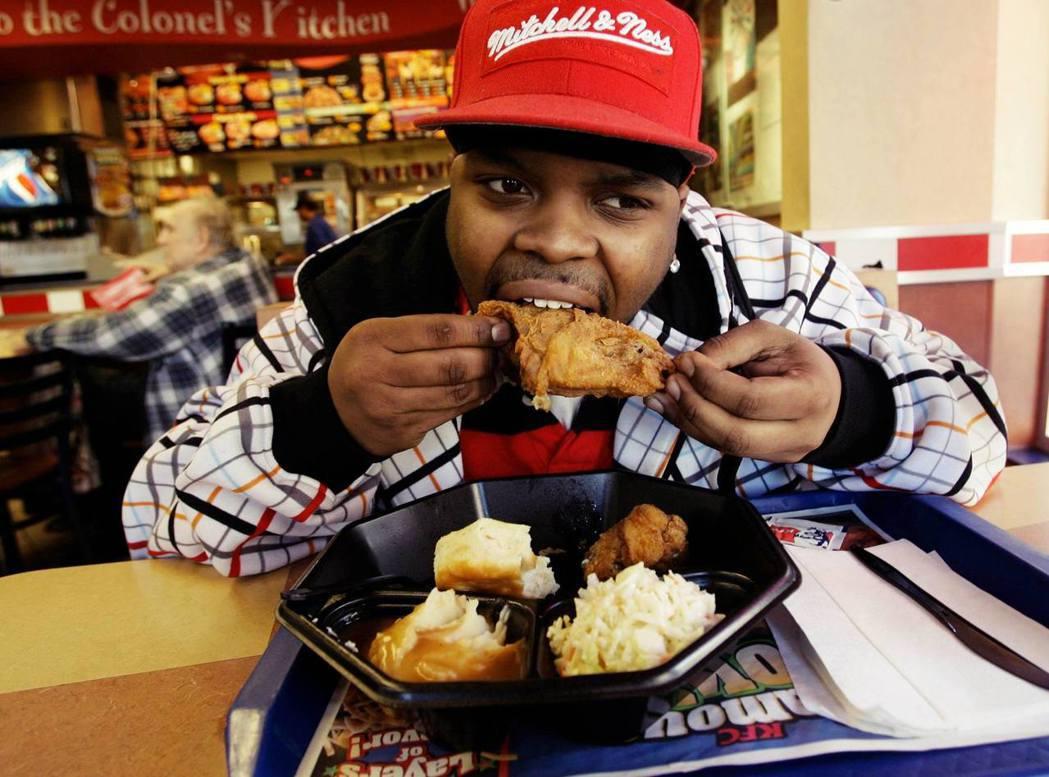 基於種族刻板印象,黑人往往被視為「愛吃炸雞」的族群,雖然吃炸雞本身並非黑人的專利...