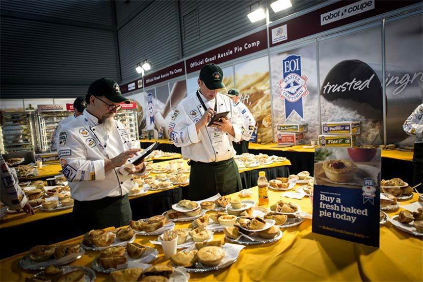 澳洲肉派大賽評審細心地品嘗並為每個參賽的肉派評分。 圖/擷自<a href=