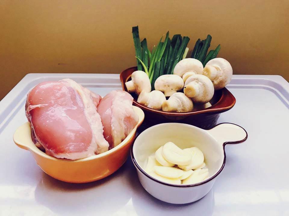 基本食材:雞腿肉(比較嫩)、洋菇、蔥、大蒜、鮮奶油。 圖/感謝<a href...