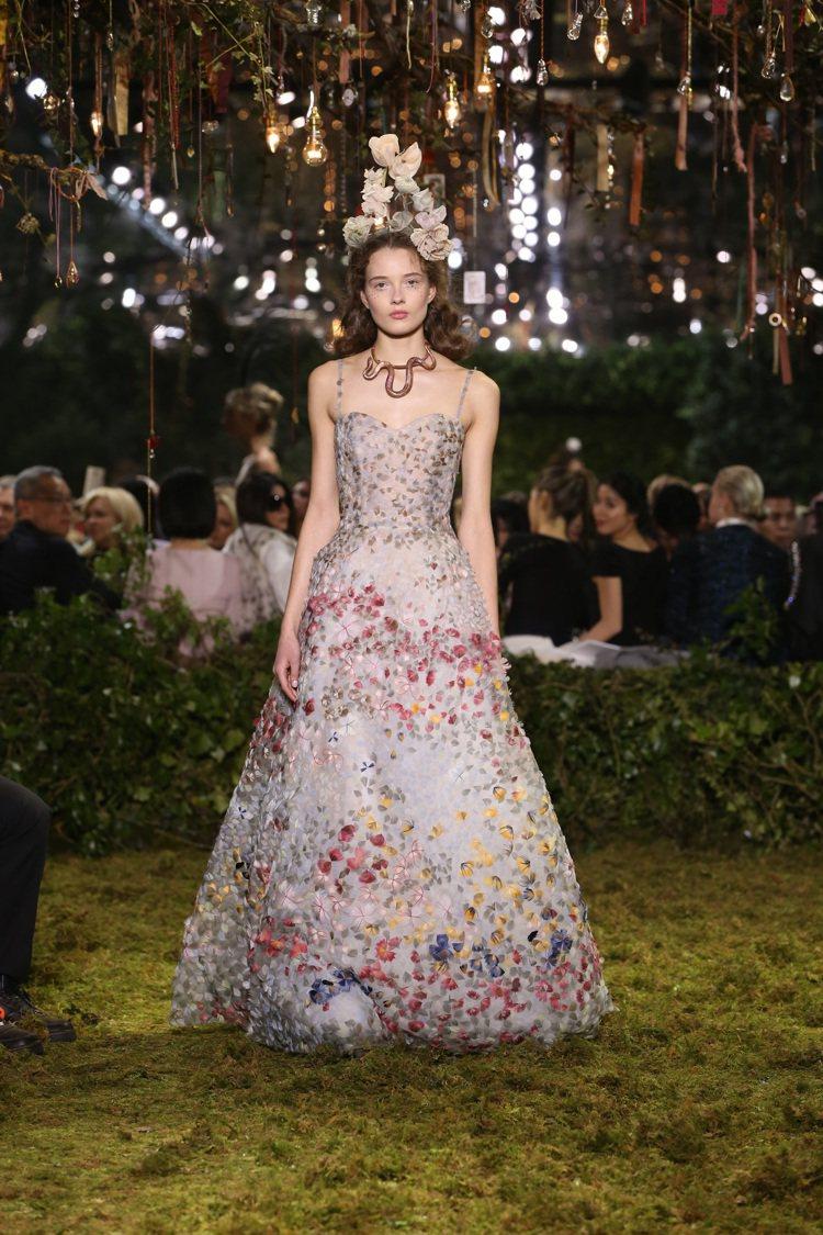 模特兒配戴在頸部或腰間的飾品也以玫瑰金打造的蛇和昆蟲帶出濃濃的幻想氛圍。圖/Di...