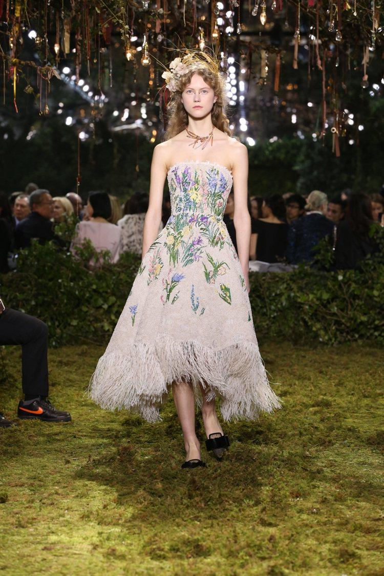 本季大量由法國藝術家Claude Lalanne設計的花朵印花和刺繡主題呼應著秀...