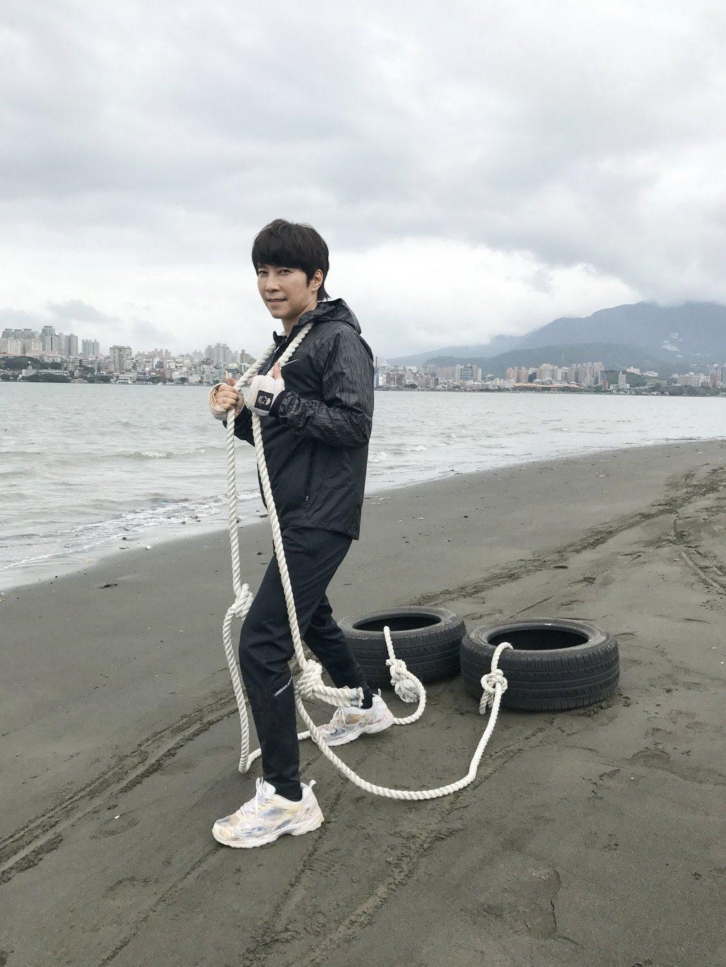 斯文邰正宵MV變身拳擊手浩克,右耳受傷耳鳴。 圖/起初娛樂提供