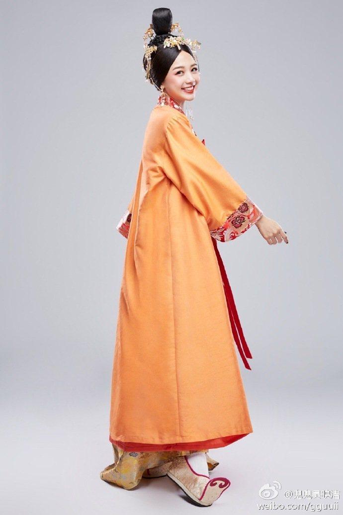 鬼鬼在節目上穿古裝扮「鬼側妃」,並與撒貝寧的「鬼撒CP」再合體。圖/摘自微博