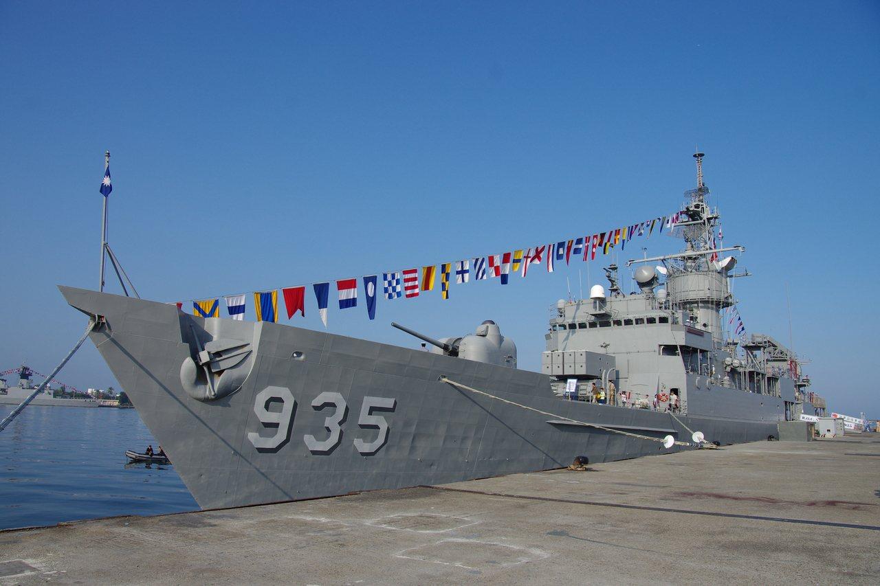 濟陽級飛彈巡防艦935靠港