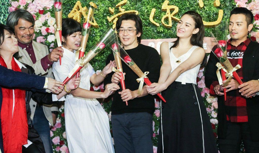 魏德聖(中)執導的新電影「52 Hz I love you」今天在台北信義威秀影...