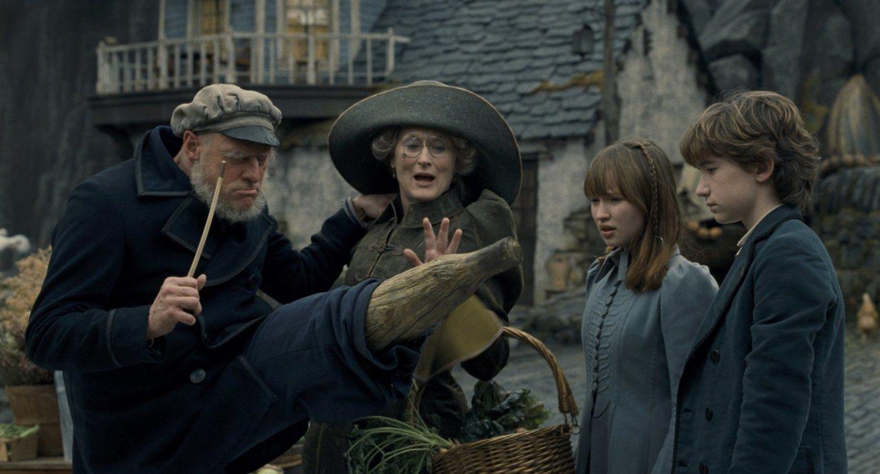 金凱瑞(左起)與梅莉史翠普主演的電影版「波特萊爾的冒險」,票房不算突出。圖/摘自...
