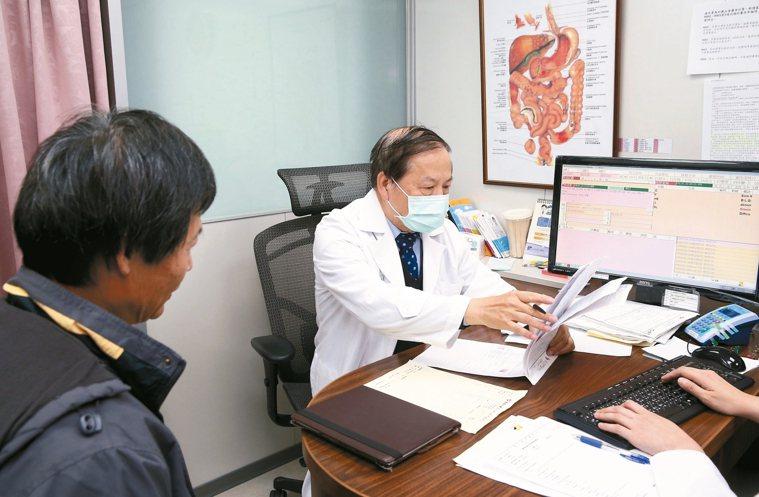 圖為肝基會董事長許金川為患者看診。 記者余承翰/攝影