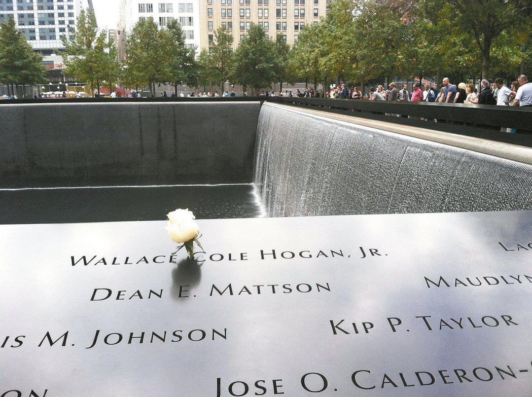 雙子星遺址建成的黑色方形瀑布紀念碑,鐫刻了罹難者的名字。 馮平/攝影