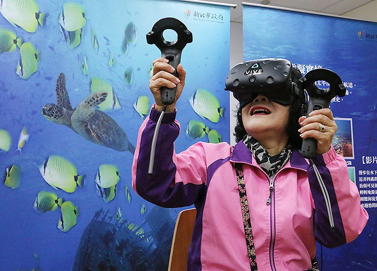 長者體驗水下考古VR。 新北市文化局/提供